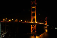升的旧金山-金门大桥在晚上 库存照片