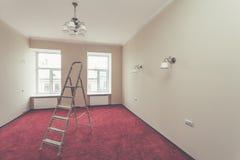 升级公寓和在改造以后,整修,引伸,恢复的一些浴室装置内部与梯子的 库存图片