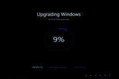 升级在升级期间的窗口百分比到Windows 10 库存图片