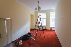 升级室未完成的内部有阵雨小卧室的梯子和部分的在改造期间的,更新,引伸 库存图片