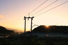升起从小山的太阳 免版税库存照片