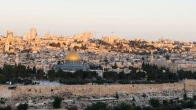 升起在岩石的圆顶的太阳在耶路撒冷 免版税库存照片