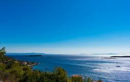 升起在海岛上的太阳的看法在亚得里亚海在克罗地亚 免版税库存图片