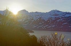 升起在艾格峰后的飘动的太阳在Switz的少女峰地区锐化 图库摄影