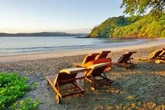 升起在Playa布朗卡海滩的太阳在Papagayo,哥斯达黎加 免版税库存图片