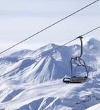 升降椅和在雾的滑雪道倾斜 免版税库存图片