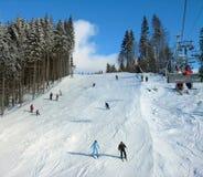 升降椅山滑雪跟踪 库存照片