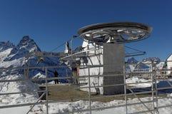 升降椅的转台式设计元素 滑雪复杂Dombai维加斯在高度2500 m Dombai, Karachay-Cherkessia,俄罗斯 免版税库存照片