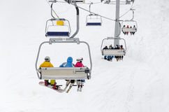 升降椅运输滑雪者 免版税库存图片