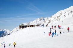 升降椅驻地的滑雪者在圣安东,奥地利 免版税库存照片