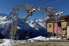 升降椅 滑雪复杂Dombai维加斯在高度2500 m Dombai, Karachay-Cherkessia,俄罗斯 2016年11月24日 库存照片