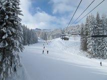 升降椅piste滑雪 免版税库存照片