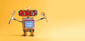 午休概念 在胳膊的滑稽的机器人玩具叉子匙子 有文本行情的减速火箭的样式靠机械装置维持生命的人显示器屏幕 黄色 库存照片