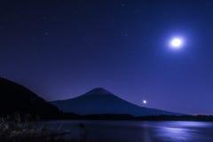 午夜和富士山 库存照片