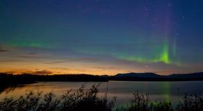 午夜夏天极光borealis北极光 免版税库存图片