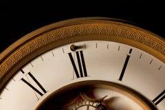午夜触击在12个o时钟的焦点在一个老时钟 免版税库存图片