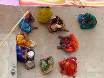 午间中断的印第安妇女 免版税库存照片