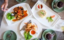 午餐、螃蟹炒饭、辣淡菜、炸鸡和米在桌上 免版税库存图片