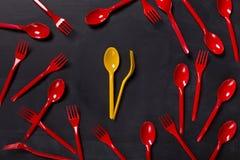 午餐与五颜六色的一次性利器的时间背景 库存照片