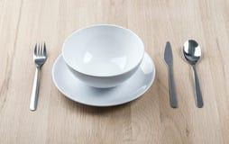 午餐与板材、刀子和叉子的餐桌装饰品 免版税库存图片