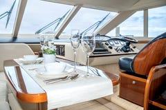 午餐在舒适游艇的内部的桌设置 免版税图库摄影
