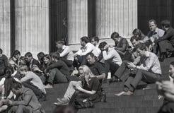 午餐时间在伦敦市 办公室工作者吃午餐在公园在圣保罗大教堂旁边 免版税库存照片