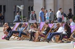 午餐时间在伦敦市 办公室工作者吃午餐在公园在圣保罗大教堂旁边 库存照片