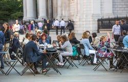 午餐时间在伦敦市 办公室工作者吃午餐在公园在圣保罗大教堂旁边 库存图片