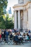 午餐时间在伦敦市 办公室工作者吃午餐在公园在圣保罗大教堂旁边 免版税图库摄影