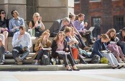 午餐时间在伦敦市 办公室工作者吃午餐在公园在圣保罗大教堂旁边 免版税库存图片