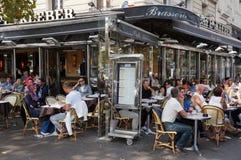 午餐时间的巴黎餐馆 库存图片