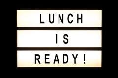 午餐是准备好垂悬的灯箱 免版税库存图片