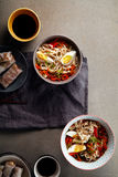 午餐用乌龙面面条烹调与菜 图库摄影