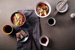 午餐用乌龙面面条烹调与菜 免版税图库摄影