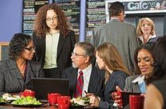 午餐的四个商人 免版税库存照片