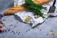 午餐的成份在灰色背景 法国长方形宝石、鹌鹑蛋和迷迭香草本 复制空间 库存图片