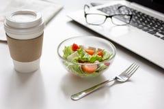 午餐的概念在工作桌面的办公室 免版税库存图片