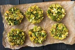 午餐的-硬花甘蓝健康松饼用鸡蛋 库存图片