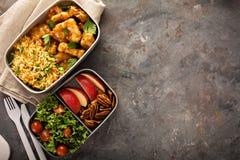 午餐盒用准备好的食物去 免版税库存照片