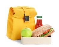 午餐盒用开胃食物、在白色背景的瓶汁液和袋子 免版税库存图片
