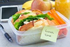 午餐盒用鸡丁沙拉三明治和红萝卜,水平 库存图片