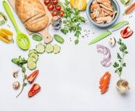 午餐食物和饮食营养概念的健康干净的吃布局 沙拉的各种各样的新鲜蔬菜成份 免版税库存照片