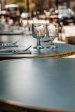 午餐,晚餐,在巴黎用早餐准备好咖啡馆 免版税库存照片