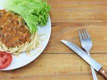 午餐,面团用肉调味汁,红色新鲜的蕃茄 免版税库存图片
