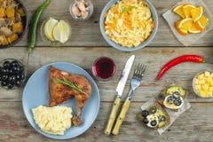午餐,鸡腿,烤肉,开胃菜,酒,沙拉, 免版税库存照片