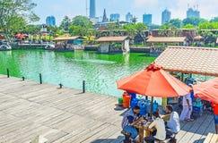 午间在科伦坡上Pettah浮动市场  免版税库存图片