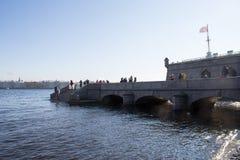 午间太阳在内娃河的水中反射了堡垒的墙壁的背景的 圣彼德堡 俄国 免版税库存照片