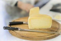 半乳酪头在木市场板 烹饪乳制品,真正的场面在食物市场上 库存照片