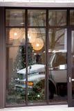 半企业卡车圣诞节窗口的反射 图库摄影
