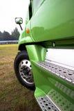 半卡车绿色现代式样侧视图的片段 免版税库存照片